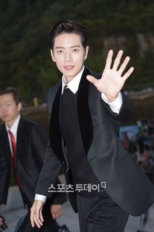 Nam diễn viên Park Hye Jin xuất hiện nam tính.