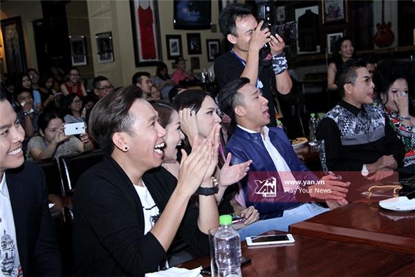 Các khách mời hào hứng xem màn khởi đầu buổi họp báo của anh chàng Lincolnđến từ Cuộc đua kì thú 2015. - Tin sao Viet - Tin tuc sao Viet - Scandal sao Viet - Tin tuc cua Sao - Tin cua Sao