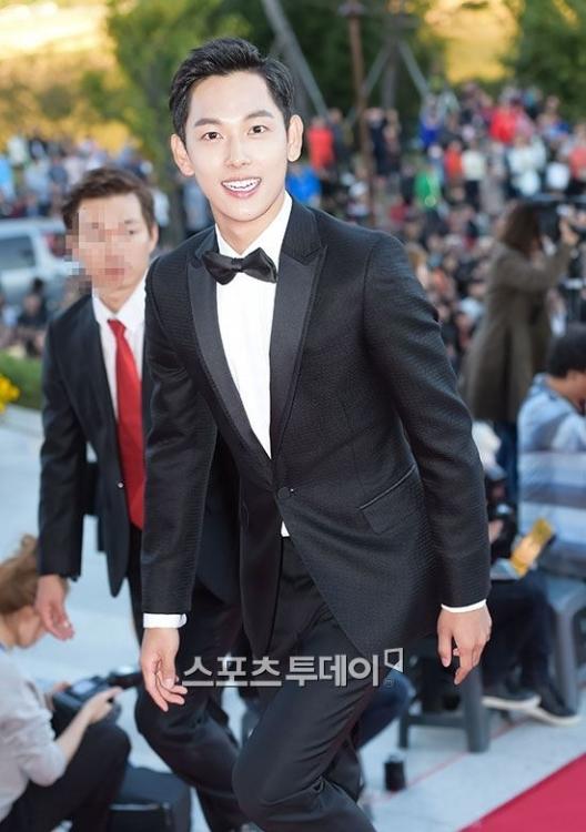 """Ngôi sao mới của làng phim xứ Hàn, Siwan (ZE:A) nở nụ cười """"tỏa nắng"""" đến tham gia lễ trao giải."""