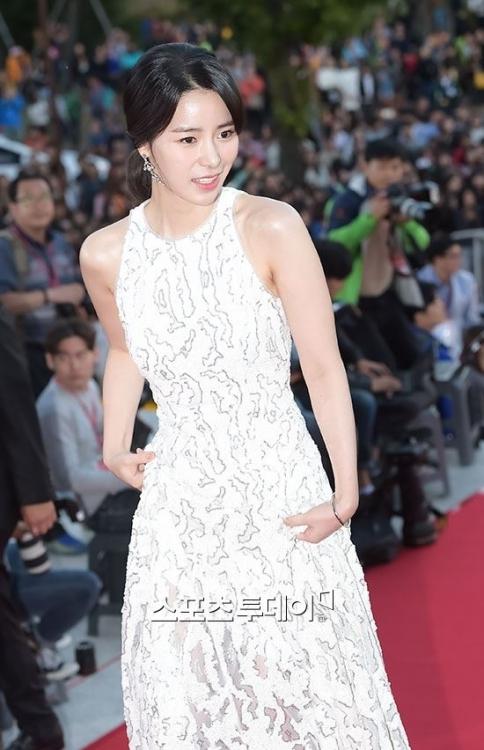 Nữ diễn viên Lim Jiyeon gây ấn tượng với vai diễn tuyệt vời trong High Society. Nhờ đó, cô cũng vinh dự nhận được giải thưởng Nữ diễn viên mới xuất sắc nhất tại 2015 Korea Drama Awards.