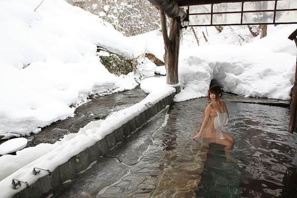 Nữ giới không hề ngại ngần không mặc gìđể ngâm mình tận hưởng làn nước nóng đầy khoáng chất.(Ảnh: Internet)