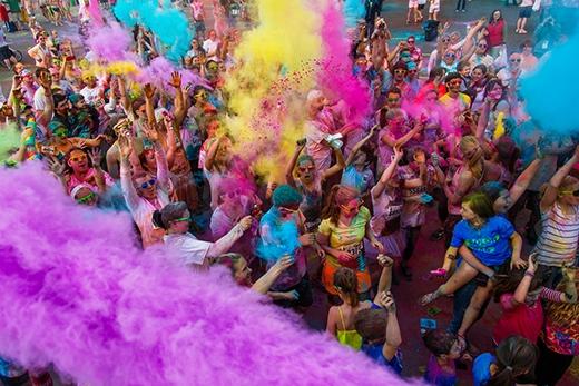 Color me runđược tổ chức dựa trên ý tưởng của Ngày hội sắc màuxuất phát từ Ấn Độ, và hiện đang là một chuỗi hoạt động thường niên được tổ chức mỗi năm một lần tại nhiều quốc gia khác nhau trên thế giới.