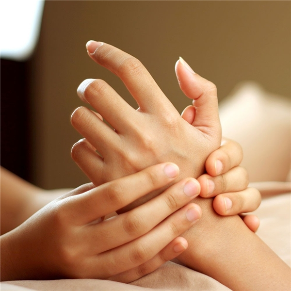 Mát-xatay trước khi ngủ để đôi tay được mềm mịn.