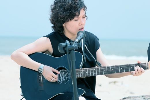 """Mộc (Unplugged) cũng là cơ hội để Tiên Tiên cover lại ca khúc """"Tình về nơi đâu"""" của người thầy đã dìu dắt cô trên con đường nghệ thuật – ca sĩ Thanh Bùi cùngmột ca khúc cô vô cùng yêu thích - """"Mình từng yêu nhau"""" của Lê Hiếu."""
