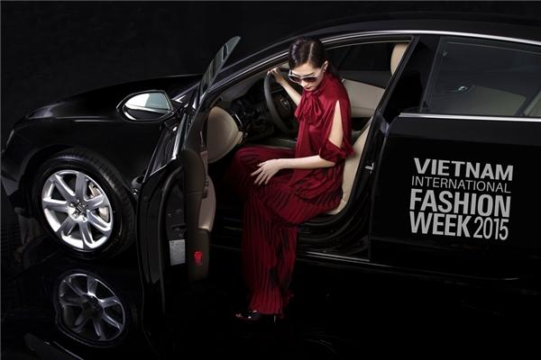 Hoa hậu Thu Thảo khoe đường cong tuyệt mỹ trong váy ôm sát