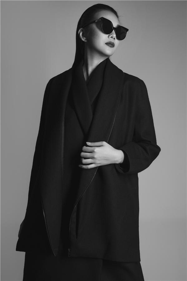 Từ biểu cảm đến tạo dáng của Thanh Hằng nhẹ nhàng nhưng vô cùng thu hút và dường như đã truyền tải được trọn vẹn tinh thần của từng mẫu thiết kế.