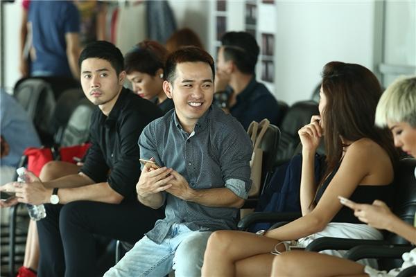 Nhà thiết kế Lê Thanh Hòa vui vẻ trò chuyện cùng các người mẫu.