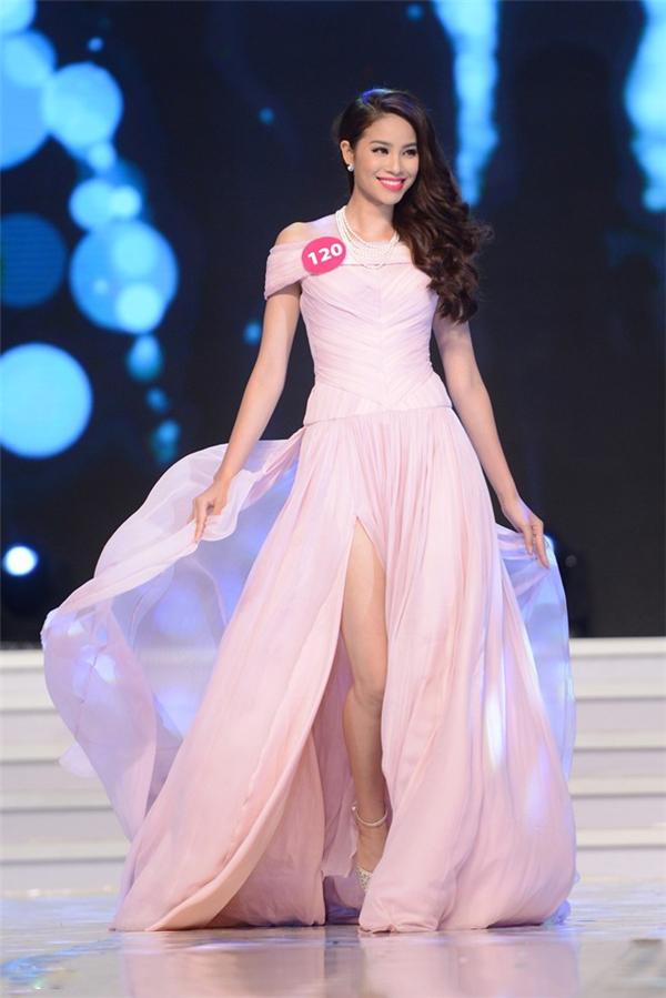Trước đó, tại đêm bán kết, tân Hoa hậu Hoàn vũ Việt Nam 2015 lại khá điệu đà, nữ tính nhưng không kém phần gợi cảm khi diện chiếc váy xẻ tà cao được thực hiện trên nền chất liệu voan lụa mềm mại.