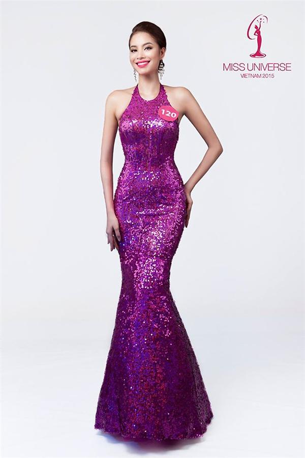 Hình ảnh ban đầu của Phạm Hương trong vòng sơ tuyển gắn liền với chiếc váy đuôi cá cổ yếm khá độc đáo. Tông hồng tím ngọt ngào cùng chất liệu ánh kim giúp cô nổi bật hẳn giữa dàn mĩ nhân.
