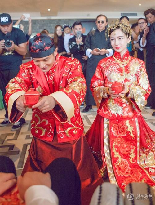 Vợ chồng Hiểu Minh trong nghi thức cưới truyền thống sáng 8/10. Ảnh: QQ