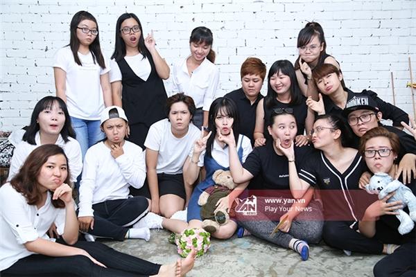Chi Pu bất ngờ được biệt đội áo đen tỏ tình tập thể - Tin sao Viet - Tin tuc sao Viet - Scandal sao Viet - Tin tuc cua Sao - Tin cua Sao