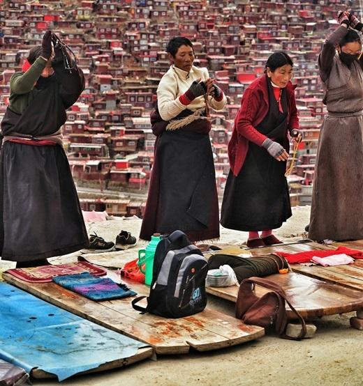 Những người phụ nữ Tây Tạng đang cầu nguyện.(Ảnh Internet)