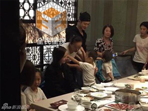 Huỳnh Hiểu Minh và AngelaBaby bên gia đình và các cháu.