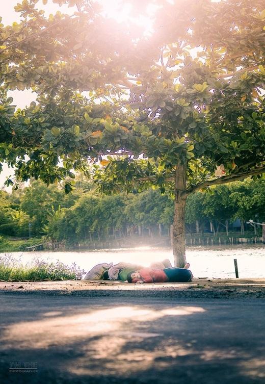 """Bức ảnh """"Mẹ ơi, nhà mình đầy nắng"""" của nhiếp ảnh tự do Nguyễn Khắc Thế."""