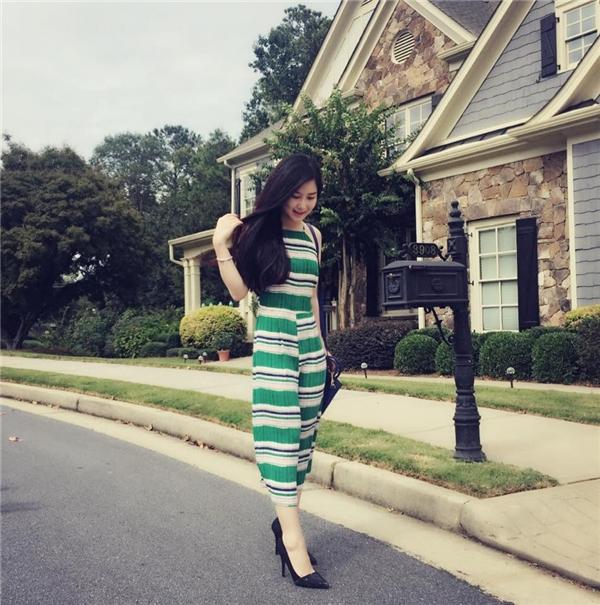 Hương Tràm nhẹ nhàng nhưng vẫn thu hút với váy maxi ngắn cổ yếm vuông. Họa tiết kẻ sọc ngang xen kẽcùng những tông màu sáng giúp cô nàng trở nên trẻ trung, tươi mới hơn.