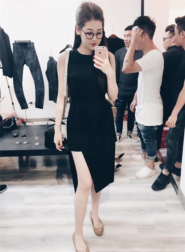 Bộ váy đen của Tú Anh được cách điệu phần chân váy mang đến nét hiện đại, lạ mắt cho cô nàng. Dù trên thảm đỏ hay ngoài đời thường, sự nữ tính, điệu đà luôn được Á hậu Việt Nam 2012 đề cao.