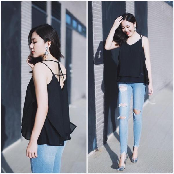 """Văn Mai Hương mang đến một gợi ý """"dễ như trở bàn tay"""" cho các cô gái với áo hai dây diện cùng quần jeans rách. Một chút hiện đại, thanh lịch, và gợi cảm đã dung hòa cùng nhau tạo nên sự thu hút đến kì lạ."""