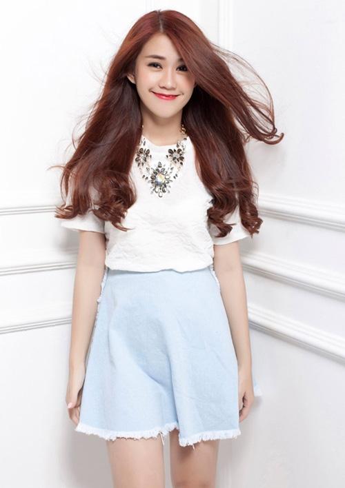 Nếu sởhữu một mái tóc dài thỉ chỉ cần thêm chút xoăn nhẹ ở phần đuôi. Kiểu tóc này giúp bạn nữ tính hơn bao giờ hết.