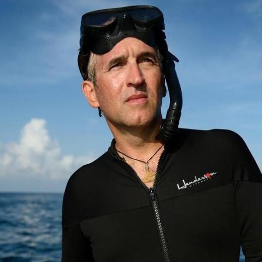 Brian Skerry khi đang tác nghiệp ngoài khơi biển Hawaii. (Ảnh:Brian Skerry)