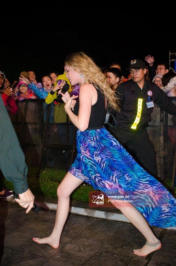 Quốc Trung tận tay phát áo mưa cho khán giả Monsoon - Tin sao Viet - Tin tuc sao Viet - Scandal sao Viet - Tin tuc cua Sao - Tin cua Sao