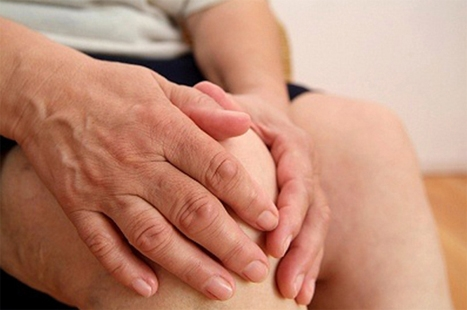 Trị vết thương mụn nhọt, bỏng: Xà lách đắp vết thương.  Trị ho: Đắp lá xà lách liên tiếp vào ngực, vào lưng có thể dịu bớt cơn ho.