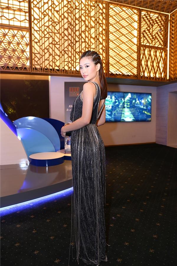 Á hậu Diễm Trang với bộ váy phủ đầy chi tiết tua rua.