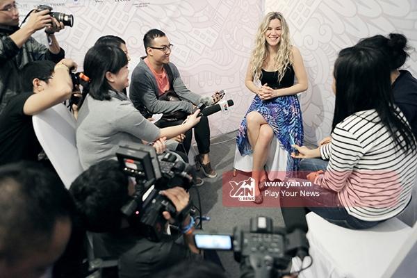Nữ ca sĩ vẫn vui vẻ trả lời phỏng vấn truyền thông ngay sau khi biểu diễn xong.