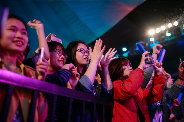 Đông Nhi, Noo Phước Thịnh đội mưa cháy hết mình cùng khán giả - Tin sao Viet - Tin tuc sao Viet - Scandal sao Viet - Tin tuc cua Sao - Tin cua Sao