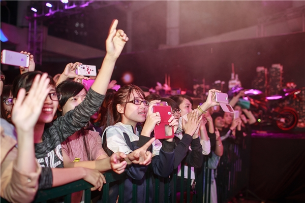 Hàng trăm khán giả hò reo, cổ vũ và hát theo từng lời trong bài hát. - Tin sao Viet - Tin tuc sao Viet - Scandal sao Viet - Tin tuc cua Sao - Tin cua Sao