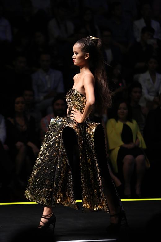 Hương Ly diện bộ trang phục ấn tượng bởi chất liệu ánh kim cùng cấu trúc đối xứng lạ mắt.
