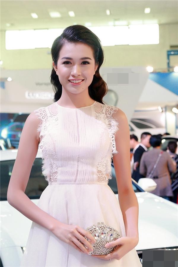 Á hậu Lệ Hằng duyên dáng và rạng rỡ trong trang phục váy trắng điệu đà. - Tin sao Viet - Tin tuc sao Viet - Scandal sao Viet - Tin tuc cua Sao - Tin cua Sao