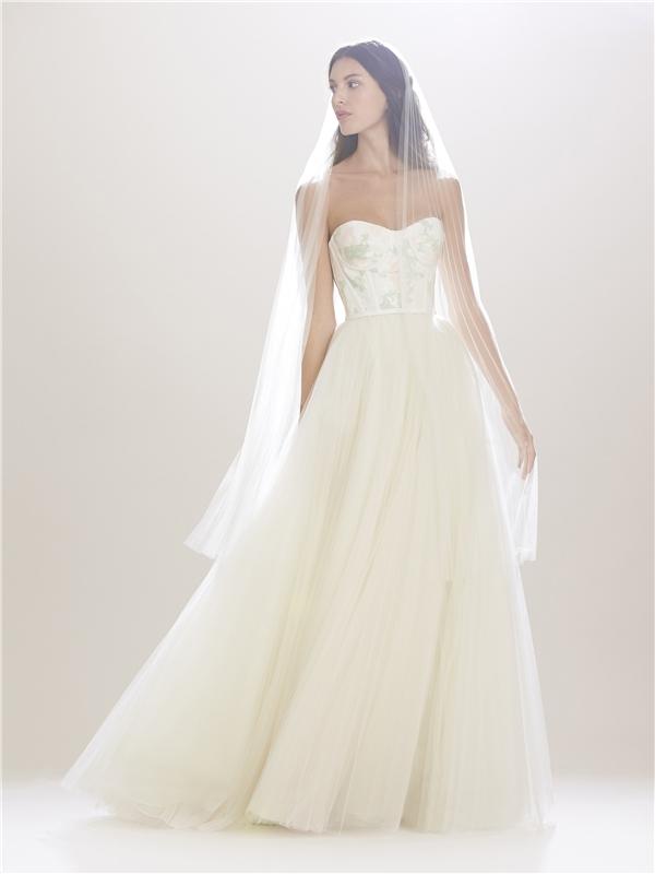 Thiết kế cúp ngực cùng chân váy xòe bồng bềnh luôn là đặc trưng rõ nét nhất về trang phục cưới. Tuy nhiên, sự kết hợp với chất liệu ren mỏng hay họa tiết in chìm màu nhạt đã giúp chúng trở nên mới lạ, thu hút hơn.