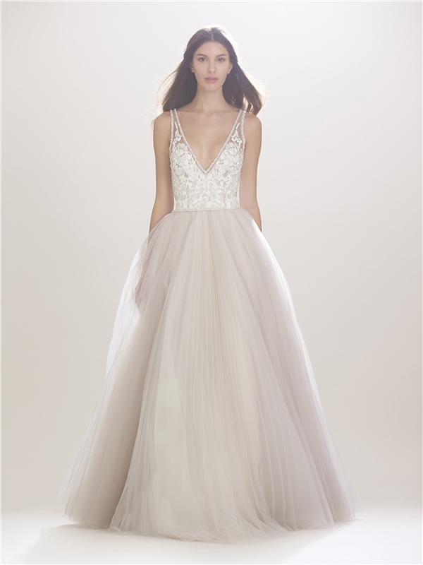 Với những cô nàng yêu thích phong cách cổ điển thì dáng váy xòe xẻ ngực sâu cùng tông màu pastel này sẽ là một gợi ý hoàn hảo cho ngày trọng đại.