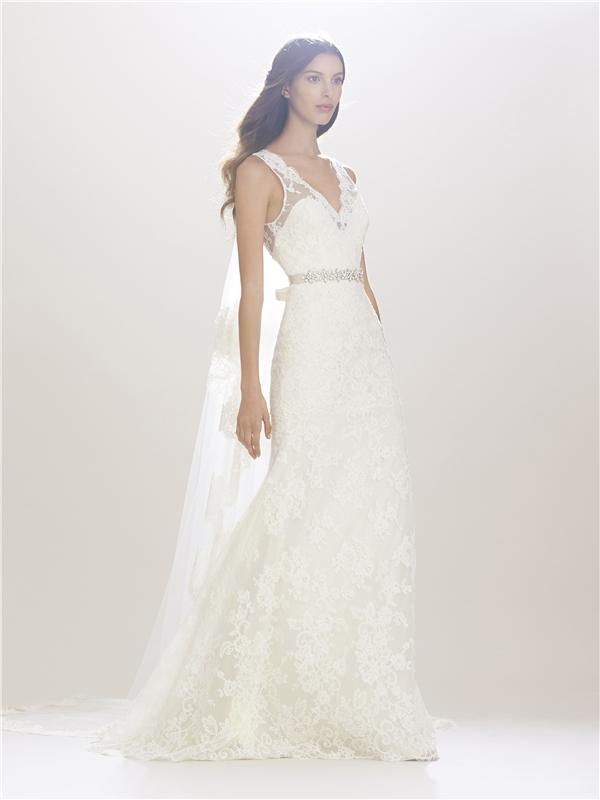Váy đuôi cá rộng kết hợp áo choàng mỏng phía sau càng làm tăng thêm nét nữ tính, điệu đà, sang trọng.
