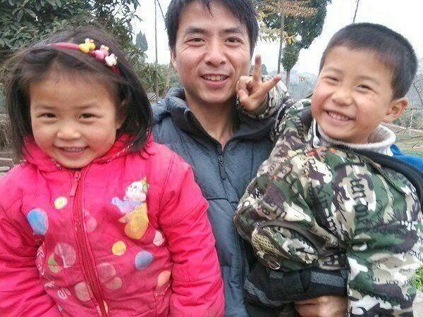 Anh Wang Xiyong hết sức xúc động trước tình yêu thương nồng nàn mà hai con đã dành cho anh. (Nguồn: CCTV)
