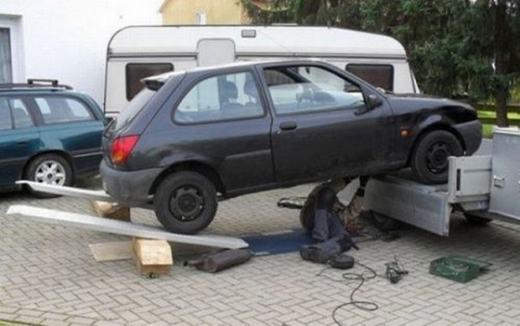 Cách sửa xe dễ mất tính mạng nhất thế giới! (Ảnh: Internet)