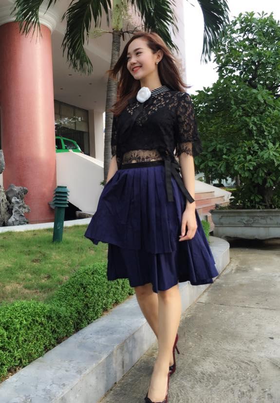 Khác với sự nổi bật thường thấy, Minh Hằng bỗng trở nên trầm mặc hơn trong bộ trang phục có tông xanh, đen. Tuy nhiên, tổng thể vẫn tạo nên sự thu hút bởi chất liệu xuyên thấu cùng chi tiết xếp li tinh tế, tỉ mỉ.