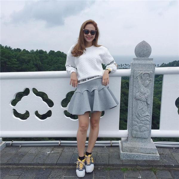 Áo phông rộng phối cùng chân váy xòe dường như luôn là lựa chọn yêu thích của Minh Hằng.