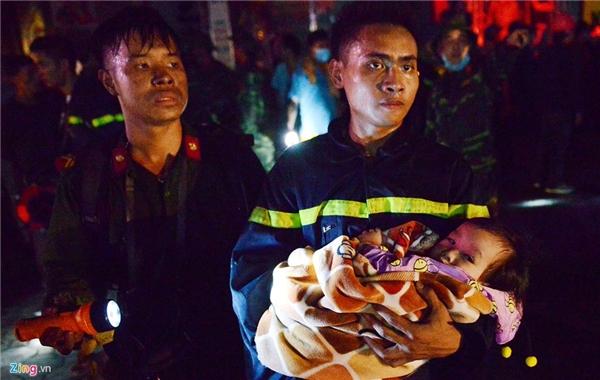 Hình ảnh các chiến sĩ cứu hỏa liều mình lao vào biển lửa để cứu các trẻ nhỏ sơ sinh, cụ già, phụ nữ mang thai… đã khiến nhiều người cảm phục và xúc động mạnh. Ảnh: Zing