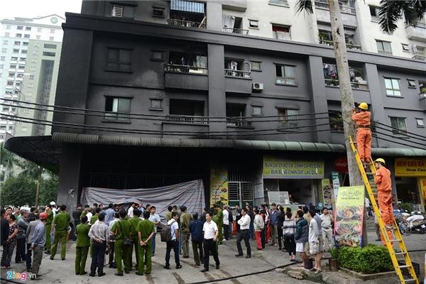 Sáng 12/10, nửa ngày sau vụ cháy hầm tòa nhà CT4A khu đô thị Xa La (Hà Đông, Hà Nội), cảnh sát vẫn phong tỏa lối ra vào hầm gửi xe.