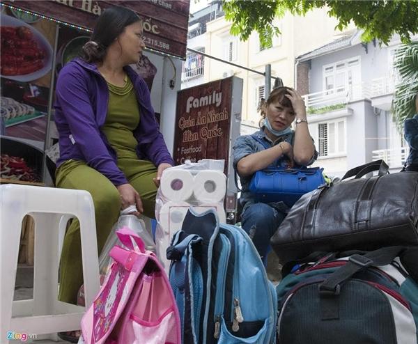 Ngồi chờ người thân tới đón, chị Đào Thị Ly cho hay, vừa phải leo bộ lên tầng 20 lấy đồ dùng cá nhân cho gia đình.