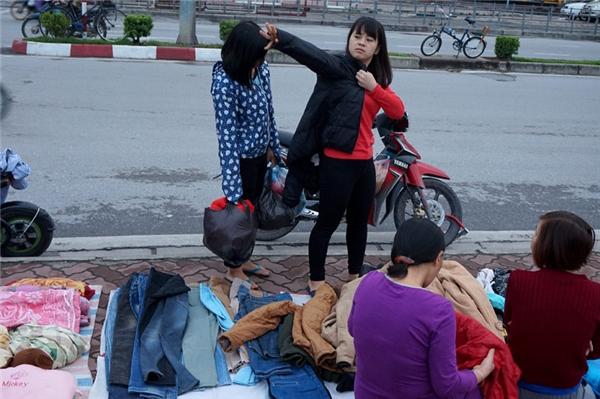 Thời tiết rét buốt kèm theo mưa đã làm nhiều người phảimua áo ấm để chống giá lạnh. Ảnh: VNN