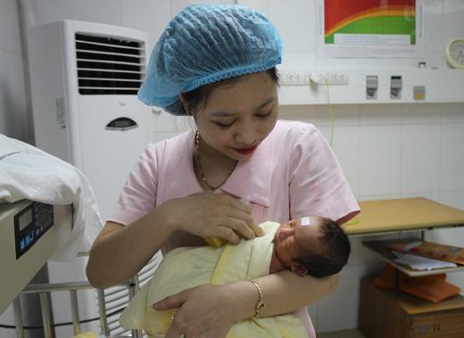 Cháu bé hiện đang được chăm sóc đặc biệt tại Khoa Sản của Bệnh viện đa khoa Nghệ An trong khi tình trạng của mẹ đang hết sức nguy kịch.