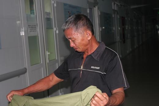 Đã gần 10 ngày chăm cháu ở bệnh viện, ông chưa đêm nào chợp mắt nổi một tiếng đồng hồ.