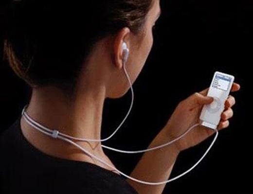 Hiểm họa khôn lường từ việc đeo tai nghe thường xuyên