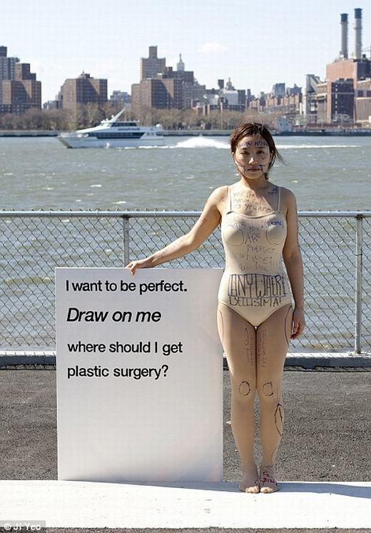 """Trên đó nói rằng: """"Tôi muốn được hoàn hảo. Hãy vẽ lên tôi! Nơi nào tôi cần phải phẫu thuật?"""". (Ảnh: Ji Yeo)"""