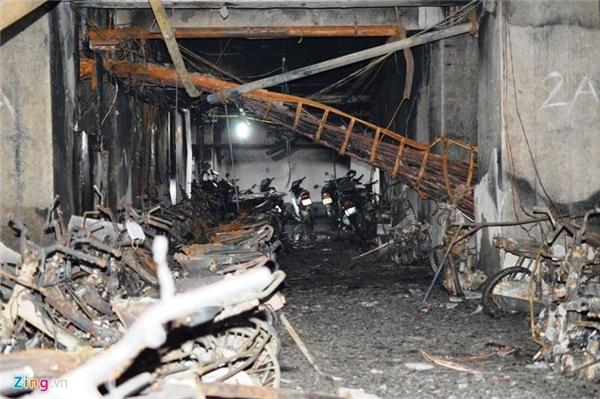 Toàn bộ xe máy tại hầm để xe dưới đế tháp A và một phần tháp B của chung CT4 bị thiệu rụi. Theo thống kê sơ bộ đến chiều 12/10, có khoảng 400 xe máy và 1 ôtô bị cháy - tăng thêm 200 xe so với công bố trưa cùng ngày của cảnh sát PCCC Hà Nội.