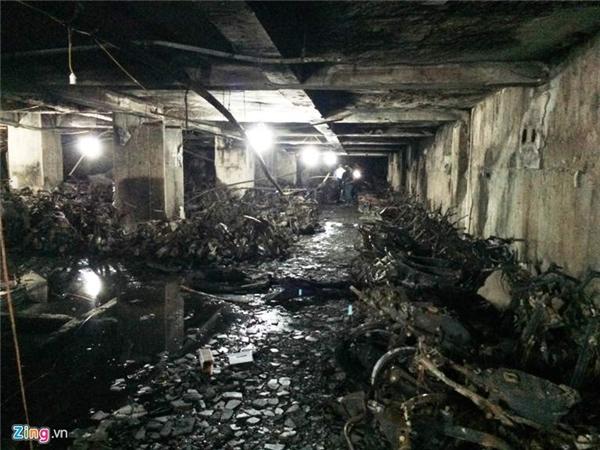 Ngọn lửa âm ỉ khiến trần nhà cũng bị bong tróc.