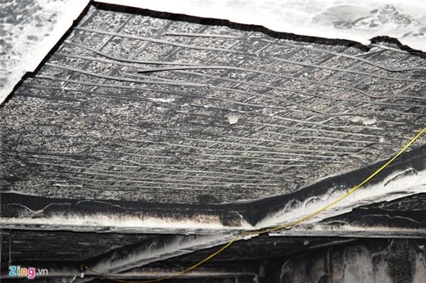 Lớp vữa trát trên trần hầm bong ra, để lộ cốt thép.