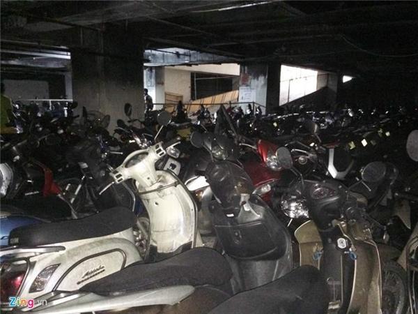 Dưới hầm vẫn còn hàng trăm xe máy không bị ảnh hưởng dù bị phủ đầy muội đen.
